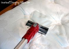 Mix a few drops of essential oil with one cup baking soda. Sprinkle on your mattress and let sit for one hour before vacuuming. The baking soda will absorb any dirt, moisture and odors while the essential oil will leave the mattress smelling fresh. Cleaners Homemade, Diy Cleaners, House Cleaners, Cleaning Solutions, Cleaning Hacks, Cleaning Room, Mattress Cleaning, Clean Mattress, Diy Mattress