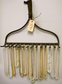 En gammal kratta som smyckesförvaring. Här kommer krattan igen, nu används den som förvaring av halsband.