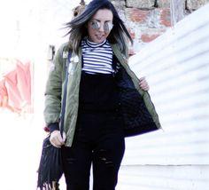 macacao-jeans-preto-camiseta-listrada-jaqueta-bomber-patches-botinha-salto-metalizado-look15