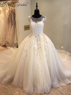 Luxury Wedding Dresses 2018 New Arrival Vintage Lace Bridal Gown Royal Train Sleeveless A-line Bride Dress