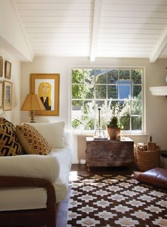 Cottage style in Montecito, love the area rug with the sofa arms, grounding the room. Living Room Decor, Living Spaces, Living Rooms, Estilo Country, Interiores Design, Decoration, Home And Living, Cozy Living, Great Rooms