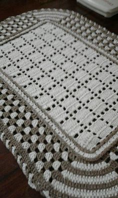 Crochet Doilies Rugs Mats Crochet Mats Beautiful 'Look'This Pin was discovered by vin Crochet Doily Rug, Crochet Carpet, Crochet Shoes, Filet Crochet, Crochet Crafts, Crochet Stitches, Crochet Projects, Diy Crafts, Newborn Crochet Patterns