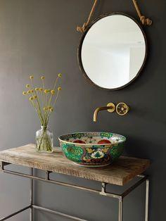 Évier et accessoires en laiton à motifs brillants pour cette petite salle de bain
