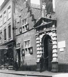 Dit was het poortje van het Oudevrouwenhuis, het Oudevrouwenhuis zelf valt rechts net van de foto. Op het poortje uit 1650 een vrouwenbeeldje dat uiteraard Kaatje werd genoemd, juist naar Kaat Mossel. Het beeldje werd geplaatst in 1832, in 1901 werd het vervangen door een duplikaat. Het originele beeldje bevindt zich nu in Museum Boijmans, de duplikaat staat nu naast de ingang van een tehuis van de Elisabeth Stichting in Hillegersberg.