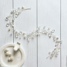 Купить или заказать Украшение в причёску, свадебное украшение 'Twig' в интернет-магазине на Ярмарке Мастеров. Свадебное украшение в причёску, фиксируется с помощью шпилек или невидимок. По желанию добавляю ленты. Прекрасное дополнение образа невесты, лаконично впишется практически под любое платье. Переплетенные между собой бусины под жемчуг, кристаллики - своего рода свадебная классика, создают ощущение легкости и невесомости. Если Вам необходимо создать нежный, но не свадебный образ...