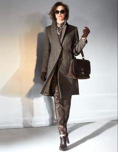 Damen Kurzmantel, Beschichtete Jeans, Ankle-Boots mit hohem Absatz, Viereckiges Tuch, Sonnenbrille im Leo-Look, Umhängetasche aus Leder