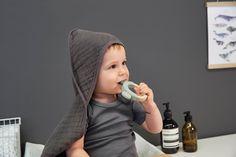 Für die ersten Zähnchen: Der Greifling aus Holz mit Silikon stimuliert die Sinne des Babys.Dank der zwei unterschiedlichen Materialien vom Greifling wird der Tastsinn gefördert. Das Spielen und Anfassen schult die Feinmotorik, die zwei unterschiedlichen Farben erregen die Aufmerksamkeit. Für noch mehr Linderung bei den ersten Zähnen kann der Greifling auch in den Kühlschrank gelegt werden.  #babyerstausstattung #beißring #meinkleinesich