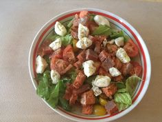 Salade romaine, saumon fumé, tomates cerises jaunes et rouges, fromages en grain. Un peu de thym et de poivre et de l'huile d'olive. Succulent!