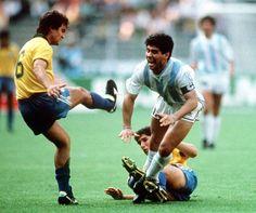 Durante el primer tiempo Brasil nos bailó. Y a Diego le dieron duro #Italia90