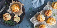 Har du lyst til å piffe opp lunsjen, er matmuffins tingen. Oppskrift på matmuffins med spekeskinke og blåmuggost, chevre og valnøtter, og paprika og ost.