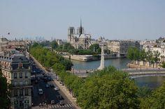 Dans le Ve arrondissement, l'Institut du monde arabe offre de sa terrasse panoramique une vue imprenable sur le Paris historique avec la Seine et la Cathédrale Notre-Dame pour toile de fond.Ce n'est pas un secret, Paris est la plus belle ville du monde, mais vue d'en-haut elle est encore plus irrésistible ! Voici les lieux où observer la ville Lumière.