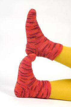 Virkatut sukat pukinkonttiin tai omaan jalkaan Tämä sukkamalli syntyy virkuttamalla ja suhteellisen helposti sekä nopeasti. Langaksi kun valitsee liukuvärjätyn niin raidallinen sukka syntyy kuin va… Socks, Diy, Ideas, Fashion, Moda, Bricolage, Fashion Styles, Sock, Diys