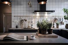Karl Gustavsgatan One Gothenburg Apartment In Two Styles (Gravity Home) Kitchen Dinning, Kitchen Decor, Kitchen Ideas, Kitchen Interior, Interior Design Living Room, Interior Modern, Bathroom Mirror Lights, Appartement Design, Gravity Home