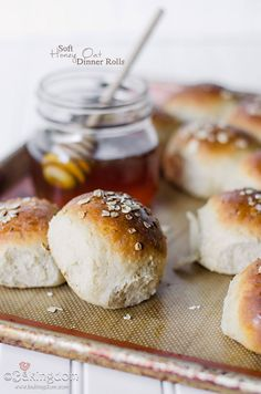 Petits pains miel et avoine / Soft Honey Oat Dinner Rolls Dinner Rolls, Bread Recipes, Cooking Recipes, Cooking Tips, Scones, Bread Bun, Bread Rolls, Brunch, Bread And Pastries