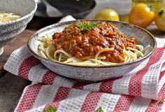 Spaghetti Bolognese, Bolognese Sauce, Pho, Chicken Recipes, Food And Drink, Ethnic Recipes, Teller, Ground Meat, Browning