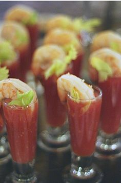 Bloody Mary Shooters w/ shrimp. I like this idea. Will probably do with a regular bloody mary Bloody Mary, Snacks Für Party, Appetizers For Party, Appetizer Recipes, Breakfast And Brunch, Yummy Drinks, Yummy Food, Catering, Think Food