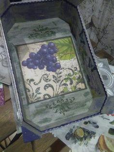 Caja de fresas decorada con decoupage, envegecido y estarcido.