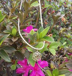 Um colar nada básico mas elegante. Pingente semi joia flor em colar de cordão de algodão (sintético).