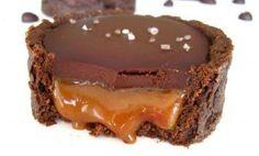 RECETTE FACILE | Ces tartelettes au chocolat et caramel au beurre salé sont si délicieuses qu'aucun dessert ne peut les égaler. Sur une surface propre, étalez 1 pâte sablée au cacao du commerce (ou essayez cette recette de croûte à tarte maison). Découpez-la de façon à garnir le fond des tartelettes, et déposez chaque pièce …