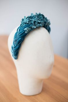 Kahlo is a beautiful headband made of high quality braided velvet, and adorned with delicate hand-dyed flowers in the same tones. A simply spectacular headband! Fascinator Headband, Turban Headbands, Floral Headbands, Fascinators, Headpieces, Baby Girl Hair Accessories, Hair Accessories For Women, Flower Headdress, Diy Hairstyles