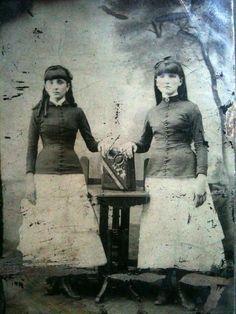 sisters with photo album tintype Portrait Photos, Tintype Photos, Civil War Fashion, 1800s Fashion, Post Mortem, Daguerreotype, Twin Sisters, Memento Mori, Mug Shots