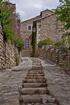 Gordes, Vaucluse, Provence-Alpes-Côte d'Azur, France, classé plus beau village de France. Suivez l'invitation de Chantal et de Bernard. www.myweekendforyou.com