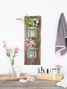 DIY-Anleitung: Hängeregal für Kosmetika aus alten Brettern bauen / upcycling ideas: wallrack made of old wooden pallets with mason jars via DaWanda.com