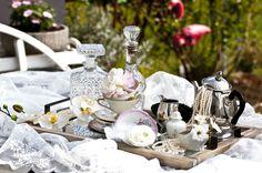 Tischdekoration: Einzelporzellan, Figuren, Ketten, Glaskaraffen etc.