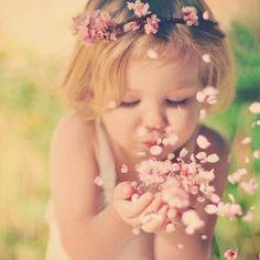 Abençoada seja a leveza, meu Deus. Abençoadas sejam as dádivas generosas que vêm nos lembrar que viver pode ser mais fácil. Que amar e ser amado pode ser mais fluido. Que dá pra sair da frequência da escassez e sintonizar a estação da disponibilidade, onde alegrias já cantam, mas a gente não ouve. Abençoadas sejam as dádivas que vêm nos lembrar, com alívio, que há lugares de descanso para os nossos cansaços... (ana jácomo)