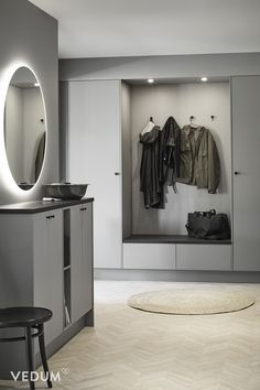 Hallway Inspiration, Interior Inspiration, Mudroom Bench Plans, Hall Furniture, Internal Design, House Entrance, Beautiful Interiors, Home Living Room, Interior Decorating