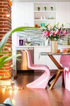 Chaise Panton : l'icone design des années 60 - Clem Around The Corner Best Interior, Modern Interior Design, Room Interior, Chaise Panton, Home Office, Colorful Apartment, Loft, Pink Home Decor, Table Design