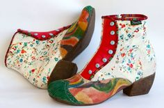 Dit model verschijnt september in de Diezijner winkel. Elke schoen is uniek. Van maat 37 t/m 43 De kleurencombinaties zijn altijd een verassing. Gemaakt van resten uit de textielindustrie. Comfortabele pasvorm en wonderschoon.