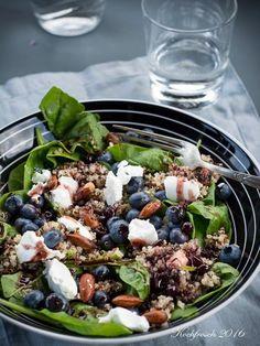 Kochfrosch: Quinoa-Salat mit Heidelbeeren, Ziegenkäse, Babyspinat und Cassisdressing