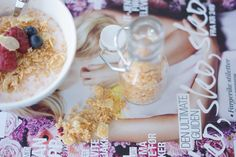 """Granola""/""frukostblanding"": Ristet tørket kokos og tynne mandelskiver med litt sukrin i ovnen på 150 grader i ca. 10 minutter #breakfast #frukost #froestro #3ingredients #coconut #almond #sugar"
