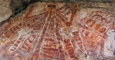 Schöpfungsmythos der australischen Ureinwohner (Wandmalerei). Es handelt sich um eine Muttergottheit, die in ihren zahlreichen Taschen Kinder trägt, die sie dann in die Erde pflanzt. Daraus entstehen die Menschen.