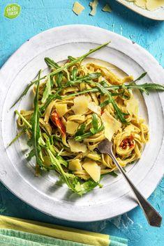 Recept voor verse pasta met courgettelinten / courgetti / makkelijk / snel klaar / vegetarisch / veggie / Italiaans / groene pesto / kindvriendelijk #hellofresh #maaltijdbox #recept #recepten #avondmaal #lekker #tasty #best #recipe #pasta #courgetti #kindvriendelijk #kidsrecipe #italiaans #veggie #vegetarisch #kinderen Eating Alone, Pasta Noodles, Summer Squash, Summer Food, Arugula, Summer Recipes, Zucchini, Foodies, Cabbage