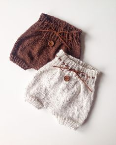 Best 12 Knitted Baby Pants By Janne M H - Diy Crafts - maallure Knitting For Kids, Baby Knitting Patterns, Baby Boy Outfits, Kids Outfits, Pull Bebe, Knitted Baby Clothes, Baby Pants, Baby Sweaters, Baby Dress