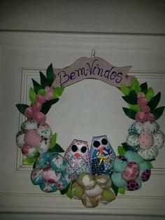 guirlanda corujas bem vindo em tecido com flores de fuxico