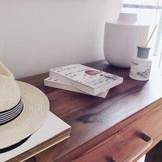 Der Strohhut erinnert mich immer an Urlaub Sommer und Strand. Demnächst geht es aber erstmal wieder nach Barcelona... . . .  #homedeko#homedekor#homedetails#interiordekor#styling#interior#interiordesign#interiorinspo#interior2you#instagood#interior123#passion4interior#inspoweekend#whiteinterior#roomdesign#germanblogger#wohnkonfetti#interior_and_living#roomforinspo#homeadore#interiorandhome#interior4all#charminghomes#interiorideas#lovelyinterior#homeideas#roomdesgin#houseandhome