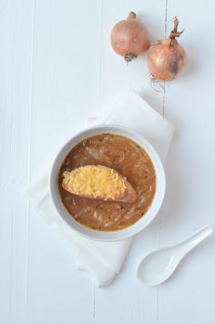 """Do it anyway onion soup! ""I recently went for lunch with Francesca and Sabine and again I couldn't make a choice. I had primeval bread [. I Love Food, Good Food, Yummy Food, Diner Recipes, Soup Recipes, Healthy Crockpot Recipes, Vegetarian Recipes, Lunch Restaurants, Happy Foods"