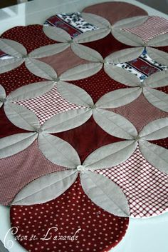 Coton et Lavande: patchwork rug and an interesting direction . Cathedral Window Quilts, Cathedral Windows, Circle Quilts, Mini Quilts, Applique Quilts, Patchwork Quilting, Quilt Block Patterns, Quilt Blocks, Quilting Projects