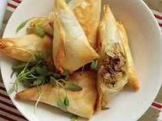 tuna samoosa Spanakopita, Fresh Rolls, Tuna, Food Inspiration, Turkey, Yummy Food, Favorite Recipes, Treats, Dishes