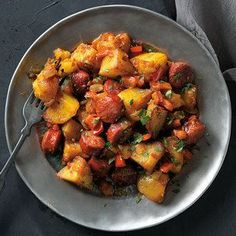 These patatas a la riojana, or Rioja-style potatoes, are cooked in a frying pan with chorizo, onions, bell peppers and chile. Tapas Recipes, Meat Recipes, Mexican Food Recipes, Vegetarian Recipes, Dinner Recipes, Cooking Recipes, Ethnic Recipes, Spanish Recipes, Spanish Food