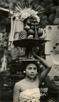 Offerings (Underground PFV Uitgeverij) Tags: people bali woman history indonesia asia southeastasia culture hinduism 1939 offerings nederlandsindië dutcheastindies