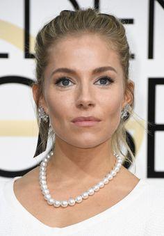 Sienna Miller também com vibe clássica, pelo colar de pérola, mas maquiagem e cabelo mais casuais para equilibrar - adoro o preso com esses fiozinhos caindo