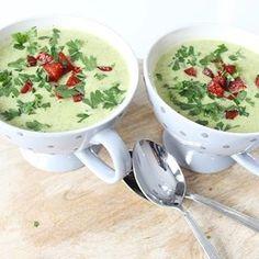 De dagen worden weer kouder, tijd voor soep! Deze courgette soep met krokantjes van chorizo is heerlijk! Ook als voorgerecht met de feestdagen!