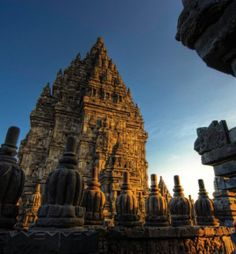 Our 5 Day 4 Night Yogyakarta was designed to give you the chance to experience the diverse tourism highlights of Yogyakarta. You will see the historical sites of Prambanan and Borobudur, hike to th…