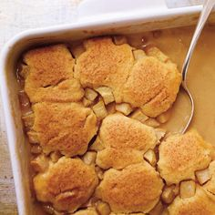 This sticky and gooey cake recipe is an apple version of the classic pouding chomeur. Pudding Desserts, Pudding Cake, Cake Cookies, Cupcake Cakes, Cupcakes, Pudding Chomeur, Poor Mans Pudding, Syrup Cake, Gooey Cake