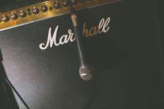Casamento ao ar livre temático vintage rock and roll. Sítio. Lanterna. Amarelo. Laranja. Rústico, Moda, Retrô, Luzes. Chapéu, casquete. Vestido noiva diferente. Caixa de som. Música, dança.