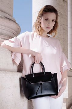 Are you looking for a designer leather handbag? Click through to check out the Loren tote, handmade in Italy with smooth Italian Leather Handbags, Designer Leather Handbags, Black Leather Handbags, Best Work Bag, Italian Street, How To Make Handbags, Italian Fashion, Fashion Inspiration, Smooth